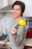 Foto av kvinnan med citronen royaltyfri bild