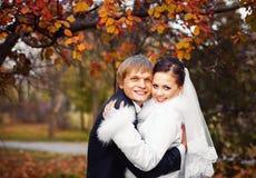 Foto av lyckliga nygifta personer utomhus Fotografering för Bildbyråer