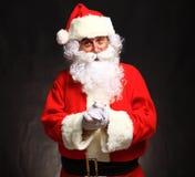 Foto av lyckliga Santa Claus i glasögon arkivfoto