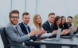 Foto av lyckligt affärsfolk som applåderar på konferensen arkivbild