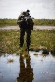 Foto av mannen med vapnet royaltyfri fotografi