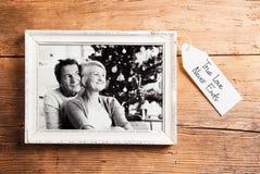 Foto av pensionärer i bildramen som läggas på träbakgrund arkivbilder