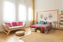 Foto av säng och soffan arkivbild