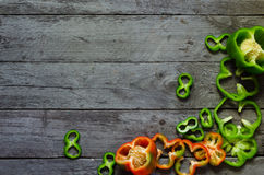 Foto av skivade peppar över trätabellen Arkivfoto
