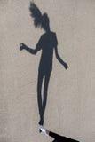 Foto av skugga av flickadansen på gatan arkivfoton