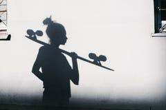 Foto av skuggor av flickan med en skateboard royaltyfria bilder
