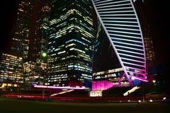 Foto av skyskrapor för affärsmitt i natt Royaltyfria Foton