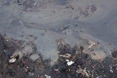 Foto av smutsigt olje- skum på flodvatten Royaltyfria Foton