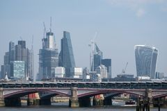 Foto av staden av nybyggen för London horisontvisning i det finansiella området och byggnader under konstruktion royaltyfri fotografi