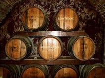 Foto av staplade historiska vinfat Fotografering för Bildbyråer