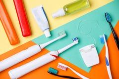 Foto av tandborstar, rör av degar, floss arkivbilder