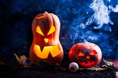 Foto av två halloween pumpor på svart bakgrund Royaltyfria Bilder