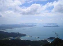 Foto av utsikter för sommarlandskapbakgrund av blå himmel, blått havsvatten, den tropiska vegetationen Fotografering för Bildbyråer