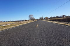 Foto av vägen i lantgårdområdet i Colorado Arkivbild