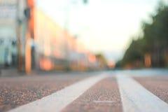 Foto av vägen med en dubbel fast remsa med ett litet djup av fältet arkivfoton
