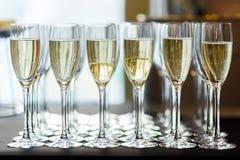 Foto av vinexponeringsglas med vitt vin royaltyfri bild