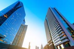 Foto av yttre kommersiella kontorsbyggnader Nattsikt på bot Arkivbilder