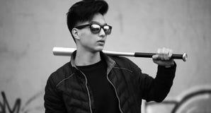 Foto bianca nera del giovane asiatico all'aperto che posa Immagini Stock