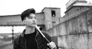 Foto bianca nera del giovane asiatico all'aperto che posa Immagini Stock Libere da Diritti