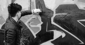 Foto bianca nera del giovane asiatico all'aperto che posa Fotografie Stock Libere da Diritti