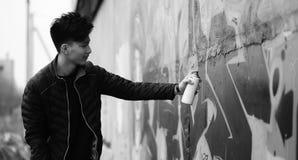 Foto bianca nera del giovane asiatico all'aperto che posa Immagine Stock