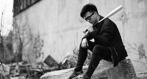 Foto bianca nera del giovane asiatico all'aperto che posa Fotografie Stock