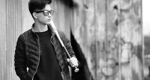 Foto bianca nera del giovane asiatico all'aperto che posa Fotografia Stock