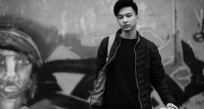 Foto bianca nera del giovane asiatico all'aperto che posa Immagine Stock Libera da Diritti