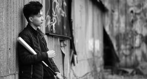Foto bianca nera del giovane asiatico all'aperto che posa Fotografia Stock Libera da Diritti
