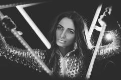 Foto in bianco e nero con una bella ragazza Immagine Stock