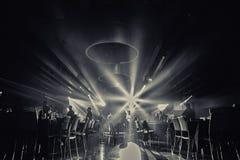 Foto in bianco e nero del ristorante ballroom ballo del partypeople di nozze nel partito Fotografia Stock