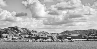 Foto in bianco e nero del villaggio costiero svedese Fotografia Stock Libera da Diritti