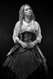 Foto in bianco e nero della donna in vestito da fantasia fotografia stock