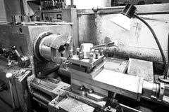 Foto in bianco e nero della macchina utensile del tornio immagine stock libera da diritti