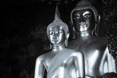 Foto in bianco e nero della statua di Buddha e dell'architettura tailandese di arte in Wat Bovoranives, Bangkok, Tailandia Fotografia Stock