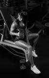 Foto in bianco e nero delle teste di legno di sollevamento della donna che si siedono nel Immagini Stock Libere da Diritti