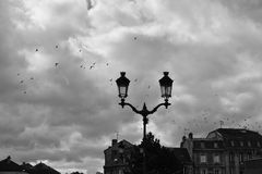 Foto in bianco e nero di doppia lanterna della via immagini stock