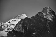 Foto in bianco e nero di Eiger nel nero e di Mönch nel bianco, raggiro Immagine Stock