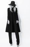 Foto in bianco e nero di modo Bionda affascinante in cappotto classico immagini stock libere da diritti