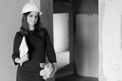 Foto in bianco e nero di un architetto della donna alla costruzione s fotografia stock