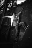 Foto in bianco e nero di un uomo che arrampica una parete fotografie stock