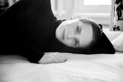 Foto in bianco e nero di una giovane donna immagine stock libera da diritti