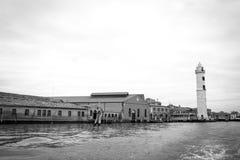 Foto in bianco e nero di vecchia fabbrica della cristalleria e del faro di Murano in Murano, vicino a Venezia, regione di Veneto, Fotografie Stock Libere da Diritti
