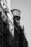 Foto in bianco e nero di vecchia torre di acqua Fotografia Stock