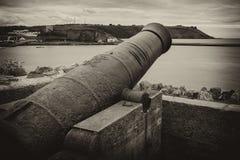 Foto in bianco e nero di vecchio cannone del ferro in Playmouth, Inghilterra Fotografia Stock