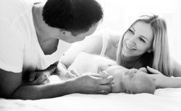 Foto in bianco e nero il concetto di felicità della famiglia - PA felice Fotografia Stock