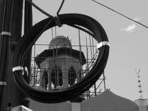 Foto in bianco e nero, pali di potere con i cavi infrangibili Immagine Stock