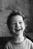 Foto in bianco e nero: ragazzino sveglio, sta ridendo e sorridendo Fotografia Stock