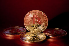 Foto Bitcoins de oro en fondo rojo concepto comercial de moneda crypto Imágenes de archivo libres de regalías