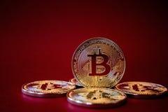 Foto Bitcoins de oro en fondo rojo concepto comercial de moneda crypto Foto de archivo